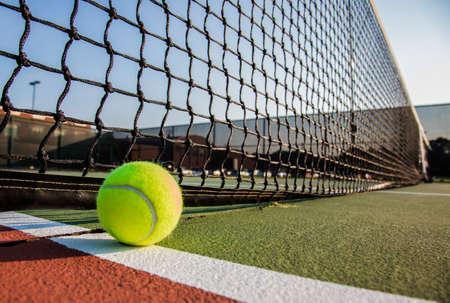 raqueta de tenis: Pista de tenis con pelota de tenis cerca Foto de archivo