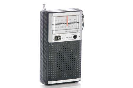 transitor: Radio de transistores era del vintage aislado en un fondo blanco.