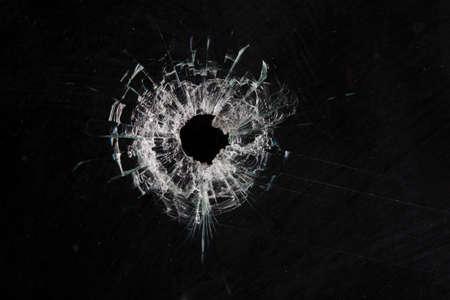 블랙에 고립 된 유리에 총알 구멍