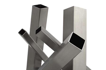 siderurgia: tubo de acero inoxidable cinco, aislado en blanco Foto de archivo