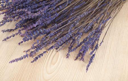 flores secas: lavanda seca en una mesa de madera