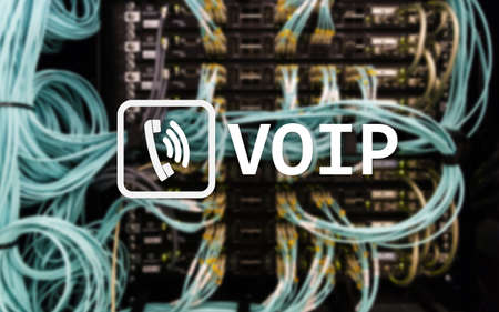 VOIP, Voice over Internet Protocol, tecnología que permite la comunicación de voz a través de Internet. Fondo de la sala de servidores. Foto de archivo
