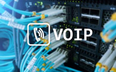 VOIP, Voice over Internet Protocol, tecnología que permite la comunicación de voz a través de Internet. Fondo de la sala de servidores.
