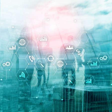 Technique mixte à double exposition. Diagrammes et icônes sur l'écran d'hologramme. Gens d'affaires et ville moderne en arrière-plan.