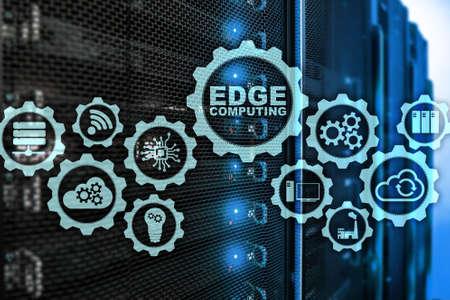 EDGE COMPUTING sullo sfondo della moderna sala server. Tecnologia dell'informazione e concetto di business per servizi di elaborazione distribuita ad alta intensità di risorse. Archivio Fotografico