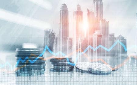 Dubbele belichting van stad en rijen munten met aandelen en financiële grafiek op virtueel scherm. Bedrijfsinvesteringsconcept.