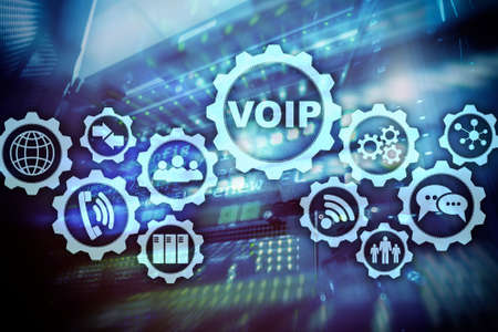 VoIP (Voice over IP) en la pantalla con un fondo borroso de la sala de servidores. El concepto de Protocolo de Voz sobre Internet. Foto de archivo