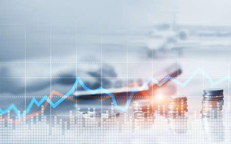 Doppelbelichtung von Stadt und Münzreihen mit Aktien- und Finanzgrafik auf dem virtuellen Bildschirm. Geschäftsinvestitionskonzept Standard-Bild