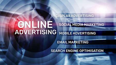 Publicidad online, marketing digital. Concepto de negocios y finanzas en pantalla virtual.