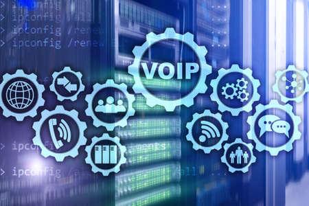VoIP Voix sur IP à l'écran avec un arrière-plan flou de la salle des serveurs. Le concept de voix sur protocole Internet.