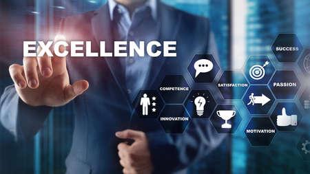 Business Excellence als Konzept erreichen. Streben nach Exzellenz. Unscharfer Business-Center-Hintergrund. Standard-Bild