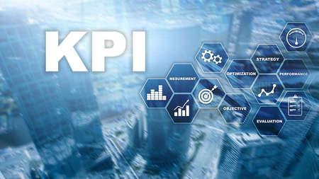 KPI - Indicatore chiave di prestazione. Concetto di affari e tecnologia. Esposizione multipla, tecnica mista. Concetto finanziario su sfondo sfocato. Archivio Fotografico