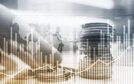금융 및 비즈니스 개념을 위한 그래프와 동전 행의 혼합 매체 스톡 콘텐츠