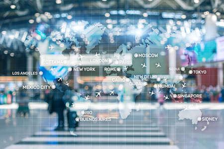 Luftfahrttapete mit Flugzeugen über der Karte mit den Namen der wichtigsten Städte. Digitale Karte mit Flugzeugen auf der ganzen Welt Konzept