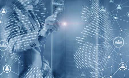 Social Media and Network Concept. Man draws on a virtual screen. Foto de archivo - 152380983