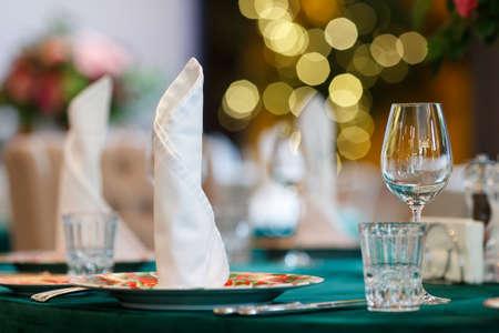 Restaurants table prepared for celebrating event 2021. Standard-Bild - 154916282