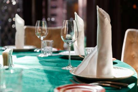 Restaurants table prepared for celebrating event 2021. Standard-Bild - 154916678