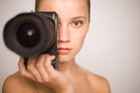 jeune fille adolescente nue: Nu jeune fille tient un appareil photo num�rique