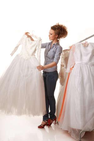 Mujer hermosa joven es la elección de vestido de novia