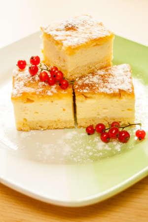 Fait maison Gâteau au fromage avec des fruits sur une plaque. Banque d'images - 23082715