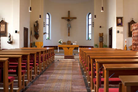 中に大規模な伝統的なカトリック教会プーズと十字架の目に見える。 報道画像
