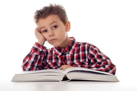 Jeune garçon fatigué en chemise avec un gros livre Banque d'images - 35809559