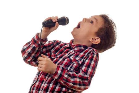 ni�o cantando: joven de camisa a cuadros gritar en el micr�fono