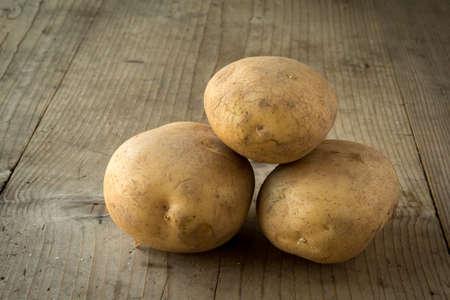 Pommes de terre biologiques naturelles fraîches sur la table en bois Banque d'images - 38629513
