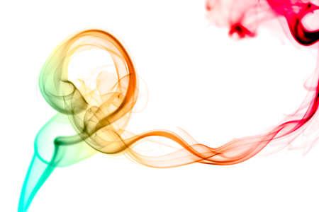 humo: flujo de humo de color abstracto sobre fondo blanco Foto de archivo