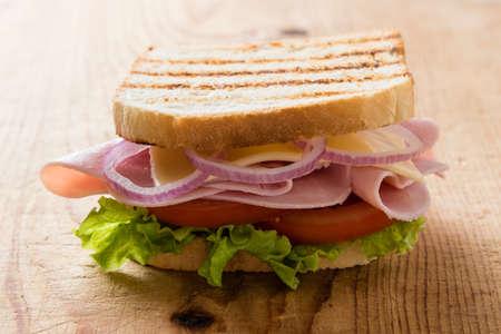 Frescas sándwich de jamón pan tostado en una mesa de madera Foto de archivo - 46430489