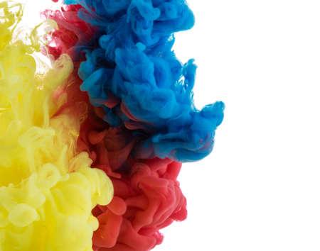 color in: Resumen de color de pintura acrílica remolinos en el agua sobre fondo blanco