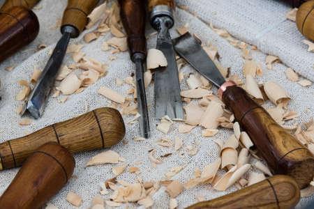 trinchante: viejas herramientas carver de madera en la mesa de trabajo