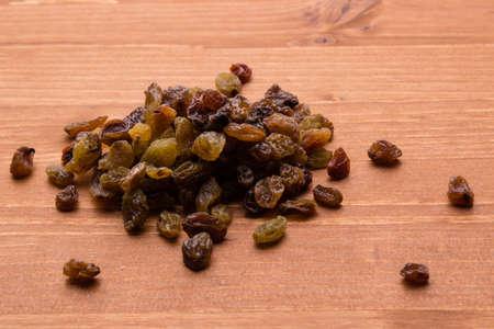 tabel: brown healthy sweet raisins on wooden tabel