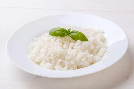 arroz blanco: arroz cocido con albahaca en la placa blanca