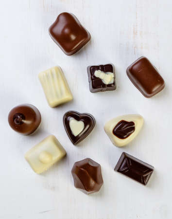 truffe blanche: Assortment of delicious chocolate pralines on white table Banque d'images