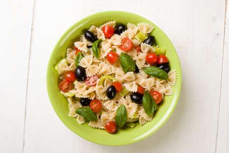 Salade de farfalle à la tomate, le basilic, olive et poivre Banque d'images - 71424729
