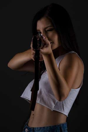 mooi jong vrouwenportret met jachtgeweer in studio