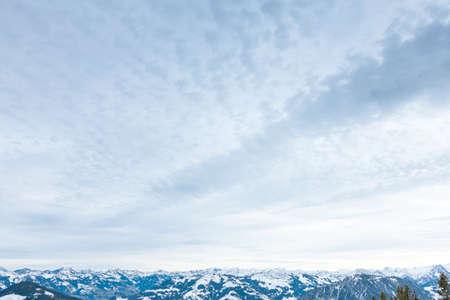 snow capped: Invierno paisaje de monta�a con nieve nevadas cimas de los Alpes sierra contra el cielo cambiante