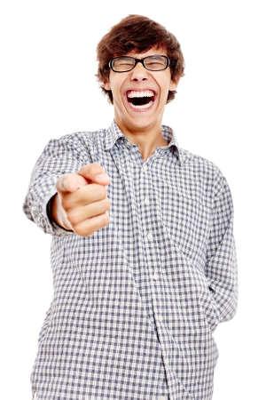 Jeune homme hispanique portant chemise à carreaux bleu et lunettes noires pointant la caméra avec son index et rire à haute voix isolé sur fond blanc - concept de l'humour