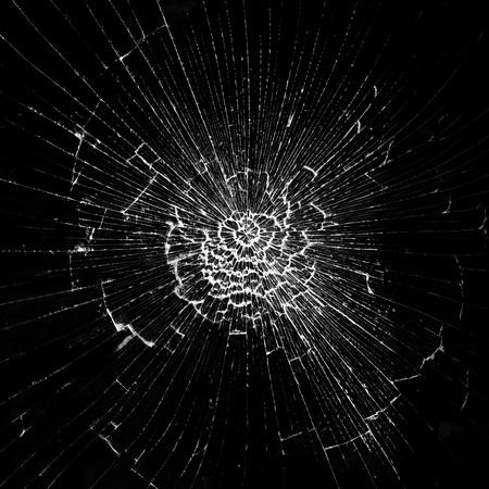 cristal roto: Las grietas en el cristal en el fondo negro
