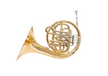 trompeta: Corno francés sobre un fondo blanco