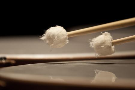 ティンパニのクローズ アップの打撃のドラム棒 写真素材