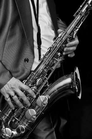 saxofón: El hombre que toca el saxofón en blanco y negro Foto de archivo