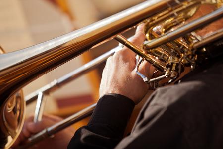 trombón: Fragmento del tromb�n en manos del m�sico