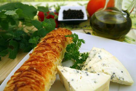 Französischer Käse und Brot mit Käse, Wein, einigen Kräutern, Nüssen und Pfeffer Standard-Bild - 746805