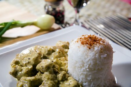 chicken in curry spice with rice and wine Standard-Bild