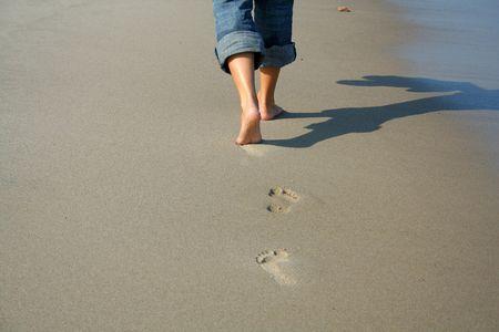 Einsamen Frau zu Fuß am Strand  Standard-Bild - 751024