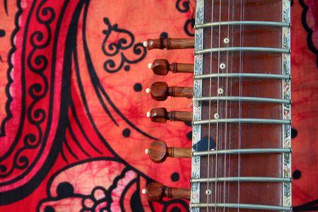 Alt Sitar auf rotem Hintergrund - alten indischen Instrument Standard-Bild - 751004