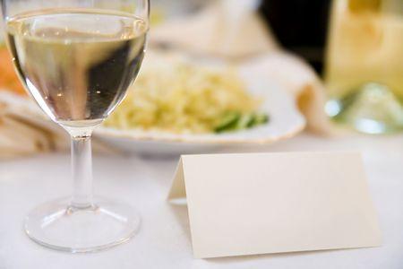 reservacion: reserva de tarjetas en blanco sobre la mesa en el restaurante Foto de archivo