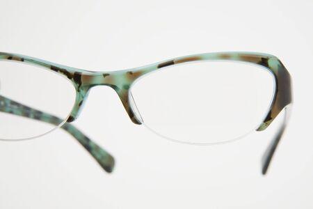 어두운 배경에 녹색 안경 쌍